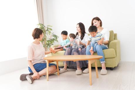 室内で楽しく遊ぶ子供とお母さんの写真素材 [FYI01264622]