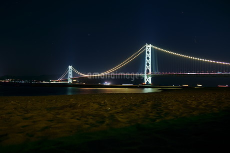 ライトアップされた明石海峡大橋の写真素材 [FYI01264650]