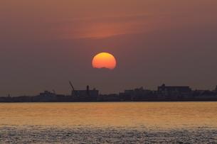 街の奥に沈む夕日の写真素材 [FYI01264654]