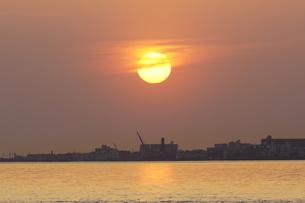 街に沈み行く夕日の写真素材 [FYI01264655]