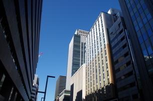 東京京橋地区高層ビルと青空の写真素材 [FYI01264694]