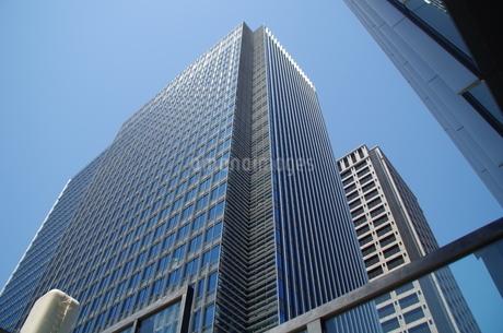 日本橋高層ビルと青空の写真素材 [FYI01264698]