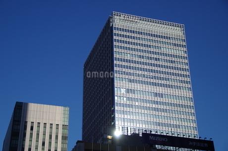 東京駅八重洲側高層ビルと青空の写真素材 [FYI01264704]