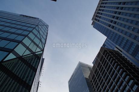 日本橋高層ビルと青空の写真素材 [FYI01264711]