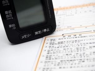血圧計と問診用紙の写真素材 [FYI01264721]