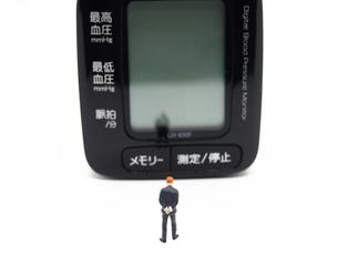 ミニチュアの男と血圧計の写真素材 [FYI01264724]