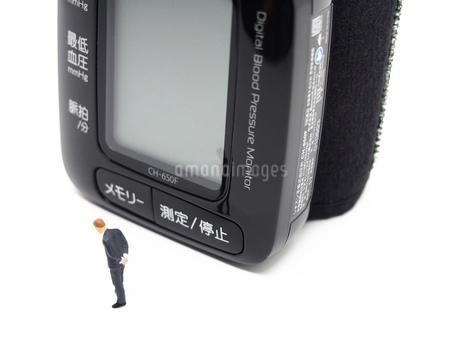 ミニチュアの男と血圧計2の写真素材 [FYI01264725]