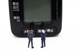 二人のビジネスマンと血圧計の写真素材 [FYI01264726]