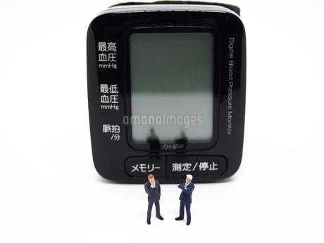 二人のビジネスマンと血圧計2の写真素材 [FYI01264727]