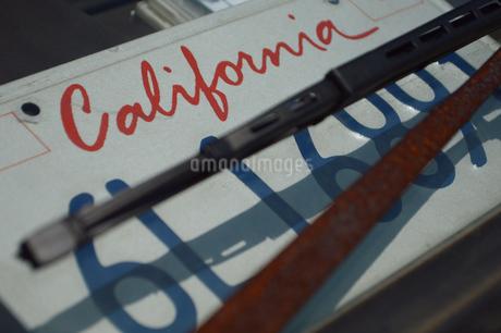 """車内に置かれた""""カリフォルニア""""と書かれたプレートの写真素材 [FYI01264745]"""