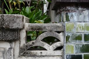 二つの門柱とそれを繋ぐ壁の写真素材 [FYI01264749]