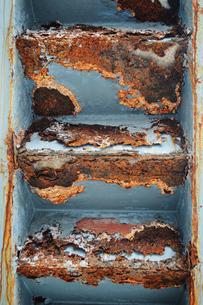 危険な錆びた階段の裏側の写真素材 [FYI01264752]