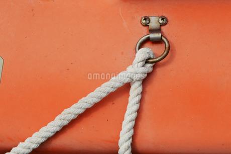 オレンジの壁に固定されたロープの写真素材 [FYI01264756]