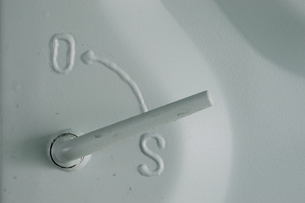 白い扉のロックレバーの写真素材 [FYI01264760]