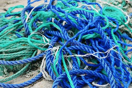 乱雑に置かれた青と緑のロープの写真素材 [FYI01264761]