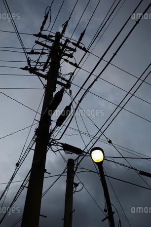 夕暮れの電柱と街灯の写真素材 [FYI01264762]
