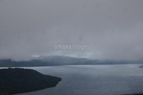 霧の美幌峠(屈斜路湖)の写真素材 [FYI01264802]