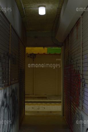 シャッターが閉まった商店街の通りの写真素材 [FYI01264808]