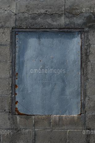 古いコンクリートの壁と鉄板の壁の写真素材 [FYI01264936]