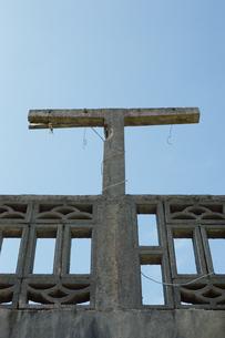 民家の屋根にTの形をした柱の写真素材 [FYI01264937]