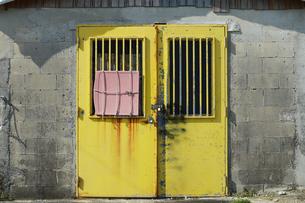 古い倉庫の黄色い扉の写真素材 [FYI01264940]