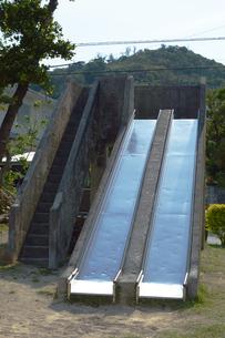 古いコンクリートの滑り台に鉄板の写真素材 [FYI01264941]