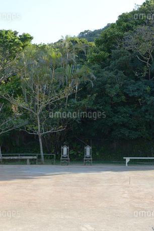 広場の奥に豪華な屋内用の椅子が2脚の写真素材 [FYI01264949]