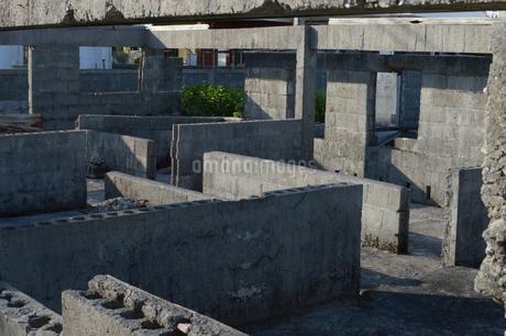 コンクリートブロックで仕切られた廃屋の写真素材 [FYI01264958]