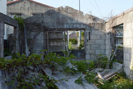 廃屋の残った壁と扉の写真素材 [FYI01264959]