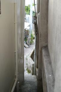 路地裏に続く狭い入り口の階段の写真素材 [FYI01265067]