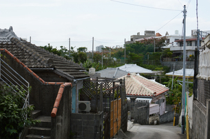 沖縄の古民家のある路地裏の写真素材 [FYI01265073]
