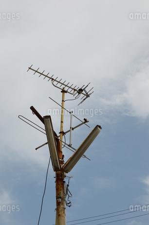 街灯に設置された2種類の日本のテレビアンテナの写真素材 [FYI01265075]