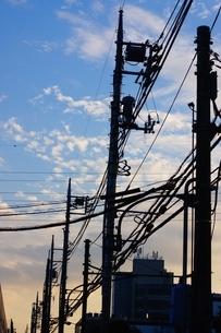 電線と夕焼けの写真素材 [FYI01265142]