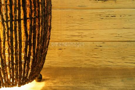 木の枝で作られたランプシェードの写真素材 [FYI01265174]