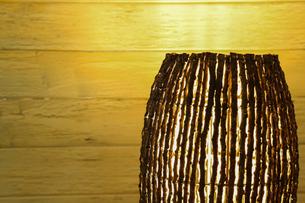 木の枝で作られたランプシェードの写真素材 [FYI01265175]