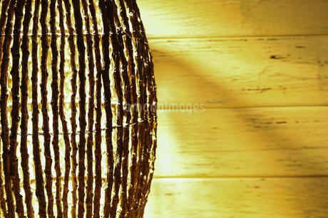 木の枝で作られたランプシェードの写真素材 [FYI01265179]