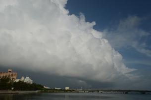 沖縄の都市に発生した積乱雲の写真素材 [FYI01265203]