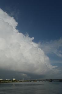 沖縄の都市に発生した積乱雲の写真素材 [FYI01265204]