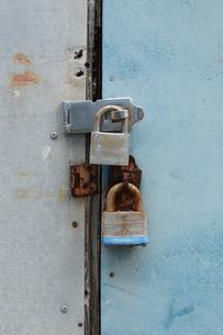 新しい錠前でロックし古い錠前は使われなくなった扉の写真素材 [FYI01265205]