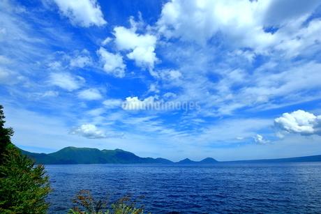 北海道支笏湖の春の風景の写真素材 [FYI01265271]