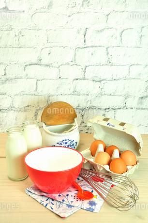 卵とミルクと調理用品の写真素材 [FYI01265362]