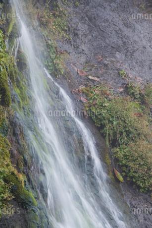 岩肌を流れる小さな滝の写真素材 [FYI01265595]