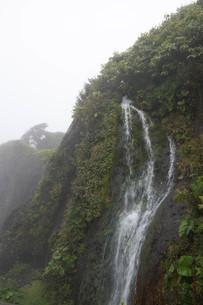 岩肌を流れる小さな滝の写真素材 [FYI01265598]