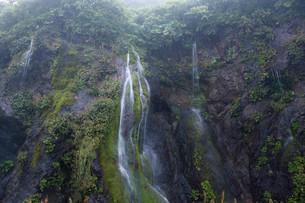 岩肌を流れる小さな滝の写真素材 [FYI01265599]