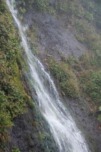 岩肌を流れる小さな滝の写真素材 [FYI01265625]