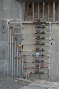 縦に多く並んだ水道メーターの写真素材 [FYI01265635]