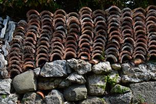 積み重なった沖縄の赤瓦の写真素材 [FYI01265636]