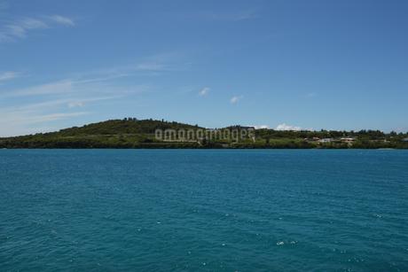 快晴の空とエメラルドグリーンの海と島の写真素材 [FYI01265641]