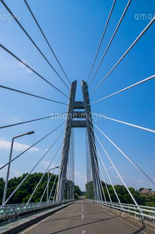 ダムに架かる吊り橋の写真素材 [FYI01265915]