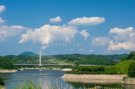 三春ダムと春日大橋の写真素材 [FYI01265919]
